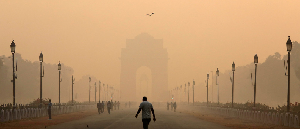 A man walks in front of the India Gate shrouded in smog in New Delhi, India, October 29, 2018. REUTERS/Anushree Fadnavis     TPX IMAGES OF THE DAY - RC113DDAC100