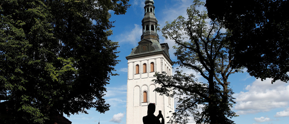 Tourists take pictures of St. Nicholas' Church in the Old town of Tallinn, Estonia, August 13, 2018. REUTERS/Maxim Shemetov - RC13FF7B9700