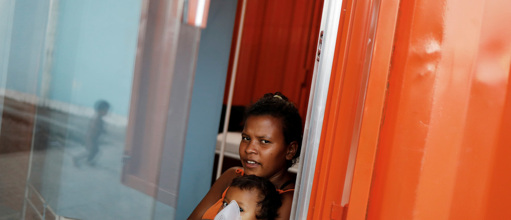 An indigenous Warao child from the Orinoco Delta in eastern Venezuela, receives nebulizer therapy by his mother at a shelter in Pacaraima, Roraima state, Brazil November 15, 2017. Picture taken November 15, 2017. REUTERS/Nacho Doce - RC184445D650
