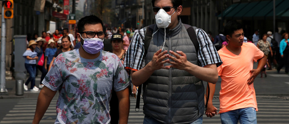 Men wear surgical masks due to elevated levels of pollution during smog in Mexico City, Mexico May 16, 2019. REUTERS/Carlos Jasso - RC19B89E6730