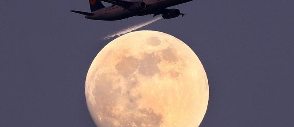 An airplane of German air carrier Lufthansa passes the moon over Frankfurt, Germany, April 9, 2017.  REUTERS/Kai Pfaffenbach      TPX IMAGES OF THE DAY - RC1863A805F0