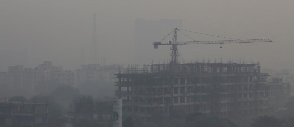 An under-construction building is shrouded in smog in New Delhi, India, November 1, 2018. REUTERS/Anushree Fadnavis - RC179470E730