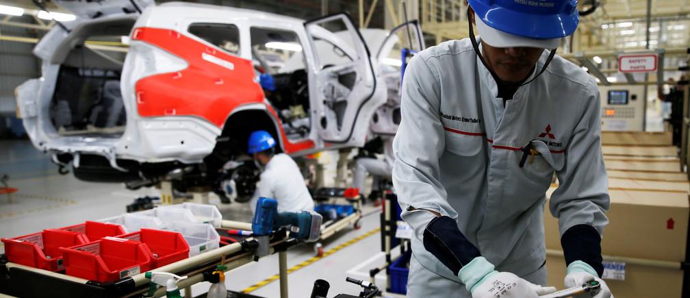 A worker is seen assembling a Mitsubishi Pajero at the Mitsubishi car factory in Bekasi, West Java province, Indonesia April 25, 2017. REUTERS/Beawiharta - RTS13SD1