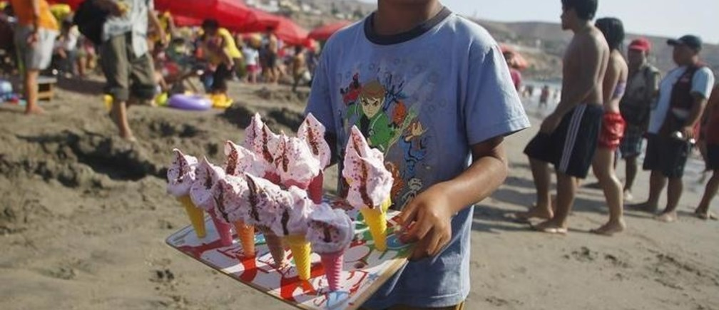 A boy sells ice creams at Agua Dulce beach in Lima's district of Chorrillos February 26, 2011. Agua Dulce (Sweet Water) is one of the most popular beaches in Lima's Green Coast. REUTERS/Enrique Castro-Mendivil (PERU - Tags: SOCIETY)