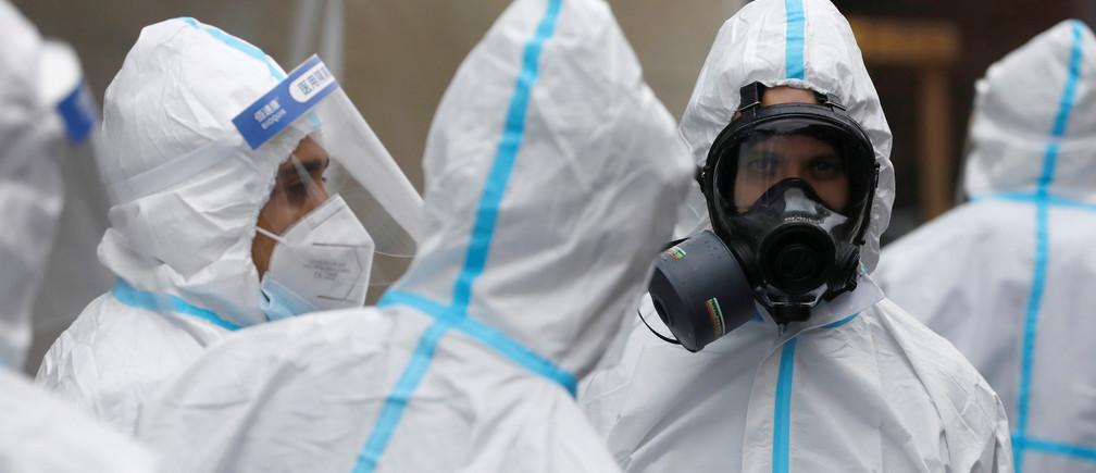 Trabajadores de la salud usan equipo de protección personal (P.P.E.) en un centro de pruebas de anticuerpos COVID-19 de SOMOS Community Care durante el brote de la enfermedad coronavirus (COVID-19) en Brooklyn, Nueva York, EE.UU., el 24 de abril de 2020.