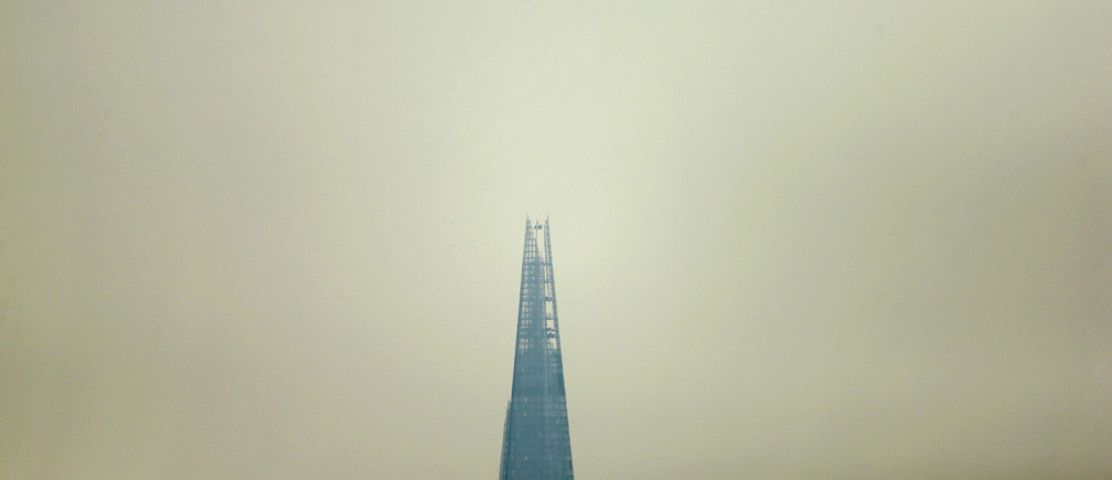 Smog surrounds The Shard, western Europe's tallest building, in London April 1, 2014. Britain's Meteorological  Office has forecast  London to be affected by smog this week, caused by powerful dust storms and strong winds in the Sahara.   REUTERS/Suzanne Plunkett (BRITAIN - Tags: ENVIRONMENT CITYSCAPE) - LM1EA4114RX01