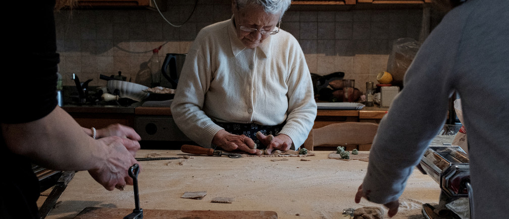 Ines Prandini, de 85 años, prepara ravioles caseros con la familia Toniolo en su casa de San Fiorano, Italia.