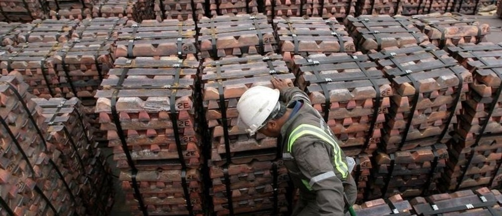 A port worker checks a shipment of copper that is to be exported to Asia in Valparaiso port,Chile August 21,2006.