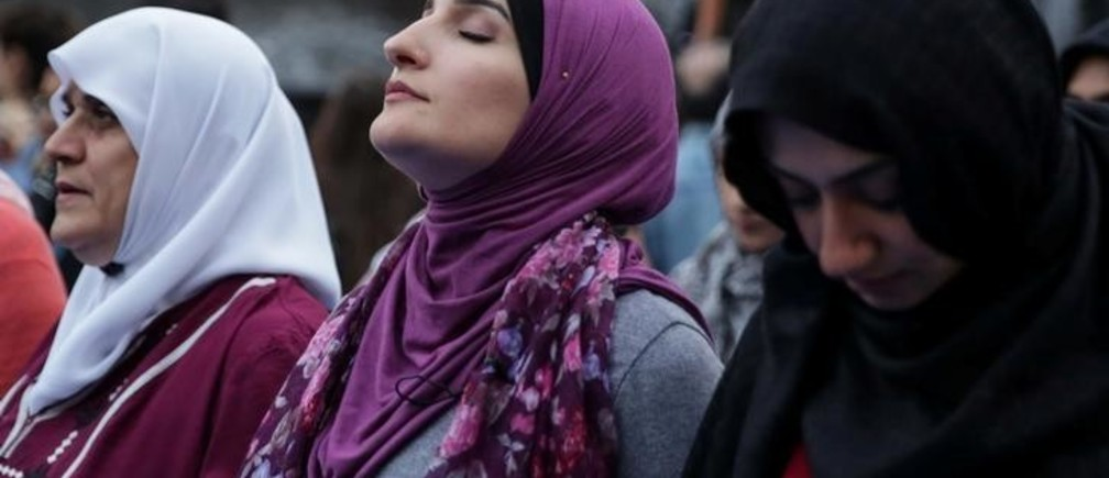 "Muslim American activist Linda Sarsour prepares to perform ""Maghrib"" sunset prayers during an immigration rally and Iftar ""breaking fast"" during the month of Ramadan outside ICE's New York field office at Foley Square in Manhattan, New York, U.S., May 23, 2018. REUTERS/Amr Alfiky"