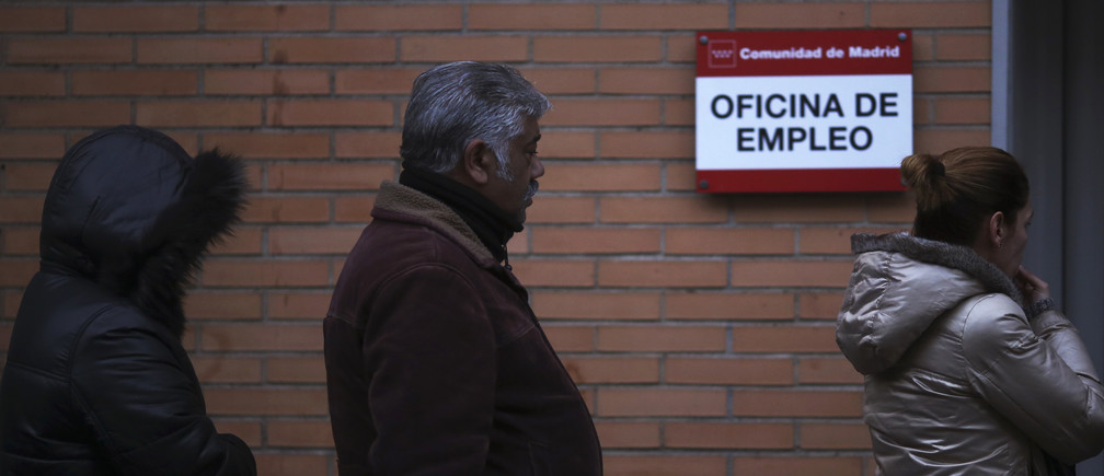 People wait to enter a government-run employment office in Madrid January 3, 2014. The number of registered jobless in Spain fell by 2.24 percent in December from a month earlier, or by 107,570 people, leaving 4.7 million people out of work, data from the Labour Ministry showed on Friday. REUTERS/Susana Vera (SPAIN - Tags: BUSINESS EMPLOYMENT POLITICS) - GM1EA131BNO01