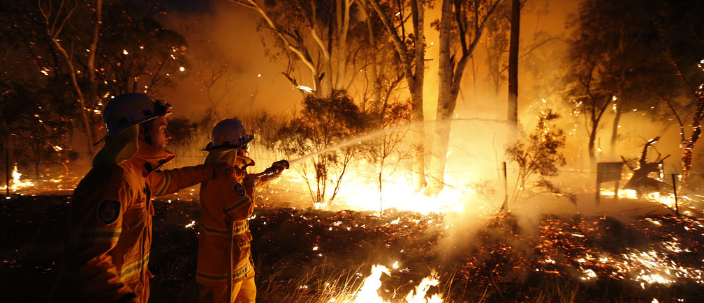 Firefighters attempt to extinguish a bushfire at the Windsor Downs Nature Reserve, near Sydney September 10, 2013. More than 550 firefighters are working on several bush fires across New South Wales (NSW) that have left one house destroyed and six firefighters injured, according to the NSW Rural Fire Services