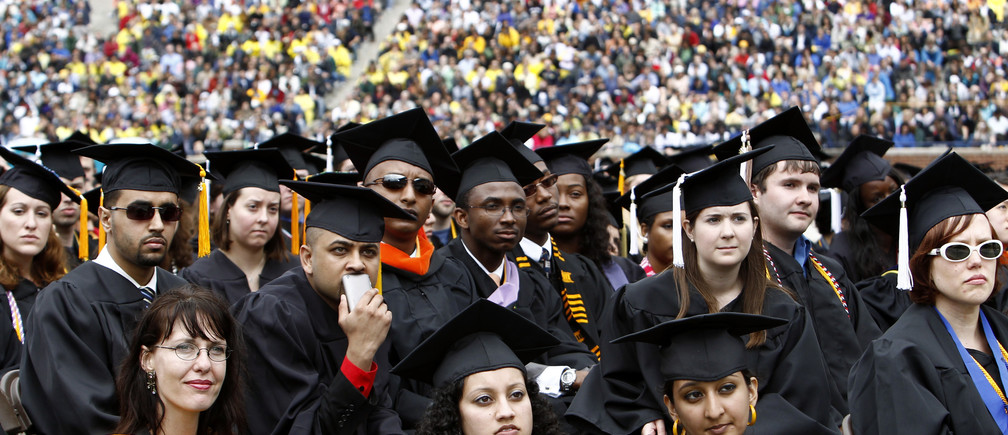 Graduating students listen to U.S. President Barack Obama speak at the University of Michigan commencement ceremony in Ann Arbor, Michigan May 1, 2010. REUTERS/Kevin Lamarque  (UNITED STATES - Tags: POLITICS EDUCATION) - RTR2DCLX