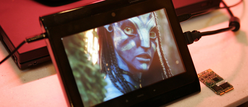 """A prototype Internet tablet plays an """"Avatar"""" movie trailer being streamed in 1080p high definition over a 4G LTE wireless network at the 2010 International Consumer Electronics Show (CES) in Las Vegas, Nevada, January 7, 2010. The device is a collaboration of NVIDIA, Verizon Wireless, Motorola, and ICD, a Seattle-based engineering and design firm. REUTERS/Steve Marcus (UNITED STATES - Tags: BUSINESS SCI TECH ENTERTAINMENT) - RTR28N1O"""