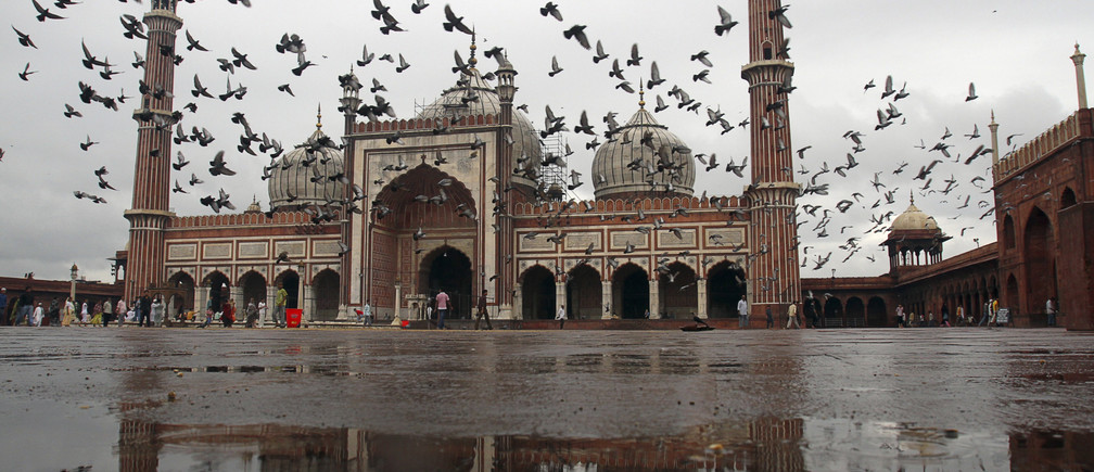 Pigeons fly inside the Jama Masjid (Grand Mosque) in the old quarters of Delhi September 19, 2010. Gunmen on motorbikes shot at a tourist bus near the capital's Jama Masjid on Sunday, wounding two Taiwanese visitors in an attack only weeks before the city hosts the Commonwealth Games. The Games is seen as a showcase event for India as it emerges onto the global economic and diplomatic stage. Some militant groups have threatened to disrupt the Games. REUTERS/B Mathur (INDIA - Tags: CIVIL UNREST RELIGION) - RTXSEMO