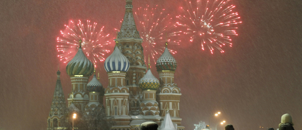 Fireworks explode over St. Basil Cathedral at Red Square during New Year's Day celebrations in Moscow January 1, 2011. REUTERS/Tatyana Makeyeva  (RUSSIA - Tags: SOCIETY) - GM1E7110JEY01