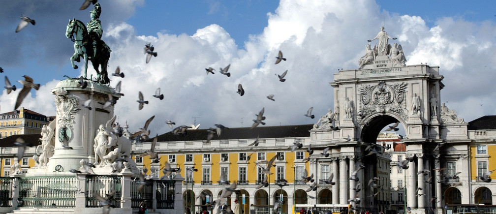 Pigeons fly around the main square of Lisbon Terreiro do Paco in Portugal,November 23, 2003. One of the most ancient cities in Europe Lisbon isdominated by its river Tagus and its cosmopolitan atmosphere. NO RIGHTS CLEARANCES OR PERMISSIONS ARE REQUIRED FOR THIS IMAGE REUTERS/JoseManuel Ribeiro EURO 2004 PREVIEW CITYSCAPE JR - RTR7K34