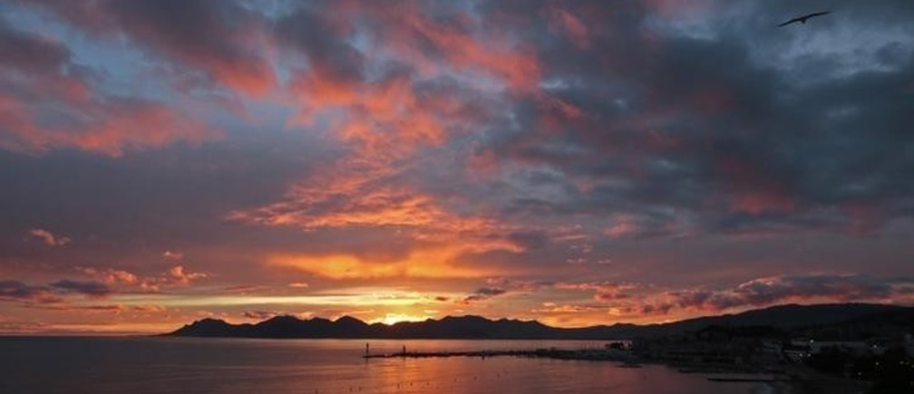The bay of Cannes is seen at sunset January 20, 2014.    REUTERS/Eric Gaillard (FRANCE - Tags: ENVIRONMENT TRAVEL)