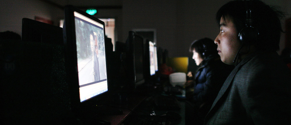 A man uses a computer inside an Internet cafe in Shanghai in this January 5, 2009 file photo.  Already under pressure to create jobs and growth while clinging to absolute power, China's Communist Party faces a growing head-ache from Internet users keen to expose its members' sometimes questionable nocturnal habits. Picture taken January 5, 2009.  To match feature CHINA-INTERNET/    REUTERS/Aly Song/Files (CHINA) - GM1E53V17XG01