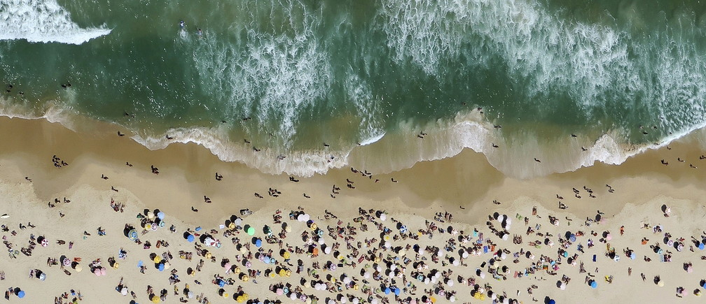 People enjoy the sunny weather at Ipanema beach in Rio de Janeiro, Brazil October 10, 2015.   REUTERS/Pawel Kopczynski      TPX IMAGES OF THE DAY      - GF10000240165