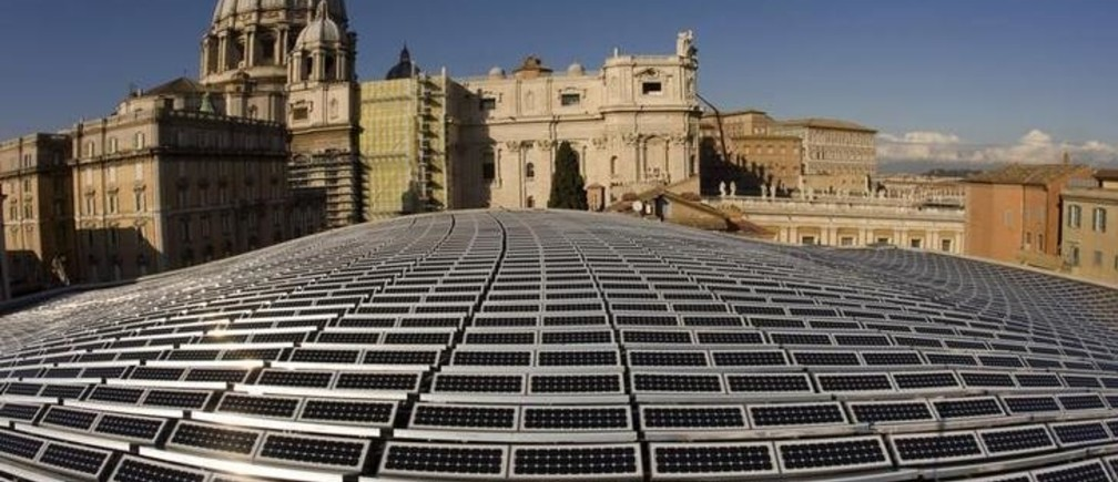 Solar panels cover the roof of the Paul VI hall near the cupola of Saint Peter's Basilica at the Vatican November 26, 2008. The Vatican was set to go green on Wednesday with the activation of a new solar energy system to power several key buildings and a commitment to use renewable energy for 20 percent of its needs by 2020.  REUTERS/Tony Gentile  (VATICAN)