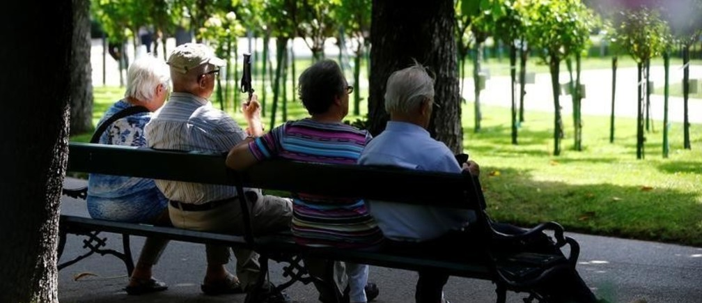 A group of elderly people sit in the shade in a park in Vienna, Austria June 28, 2017.   REUTERS/Leonhard Foeger - RC1BA79A2020