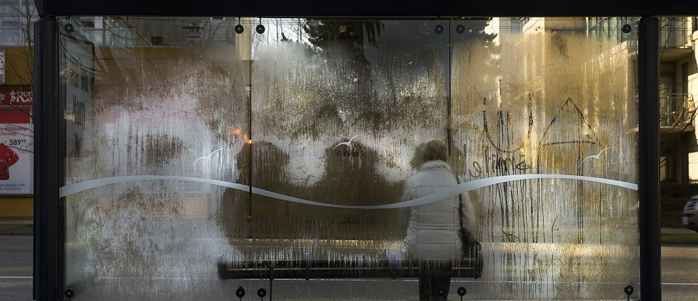 The heat impressions of people waiting for a bus are left in a cold morning frost on the glass of a transit shelter in Vancouver, British Columbia February 6, 2012.   REUTERS/Andy Clark    (CANADA - Tags: SOCIETY ENVIRONMENT) - RTR2XFBF
