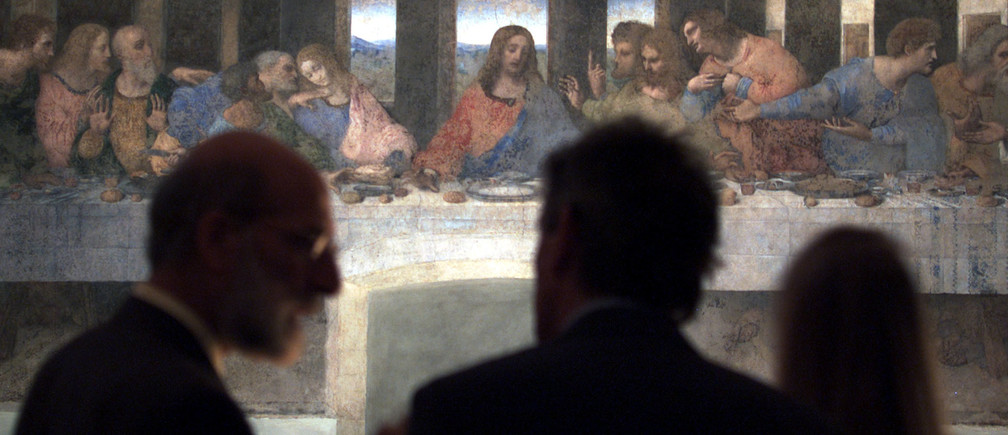 Journalist view 'The last Supper' Leonardo da Vinci's masterpiece May 27 in Milan. After 20 years of peeling and polishing, Leonardo da Vinci's restored masterpiece was finally unveiled amid a storm of controversy. The work completed by Da Vinci in 1497 on a refectory wall of the church of Santa Maria delle Grazie. The painting depicts Jesus Christ seated with his twelve disciples at their last meal before his crucifixon.SR/GB - RP1DRIIGMJAA