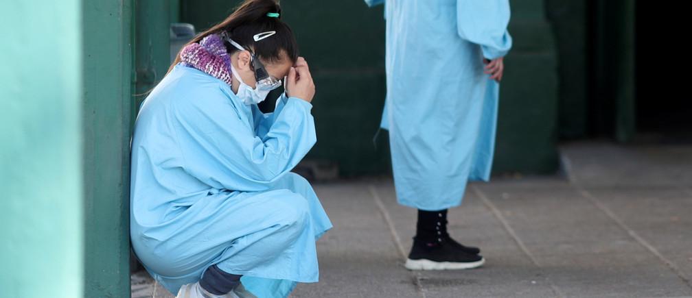 Una trabajadora de la salud descansa su espalda contra una pared en el hospital Manuel Belgrano, donde los trabajadores de la salud protestan por la falta de equipo de protección y exigen pruebas para el personal después de que varios de sus colegas se infectaron con la enfermedad coronavirus (COVID-19), en San Martín, en las afueras de Buenos Aires, Argentina, el 17 de abril de 2020.