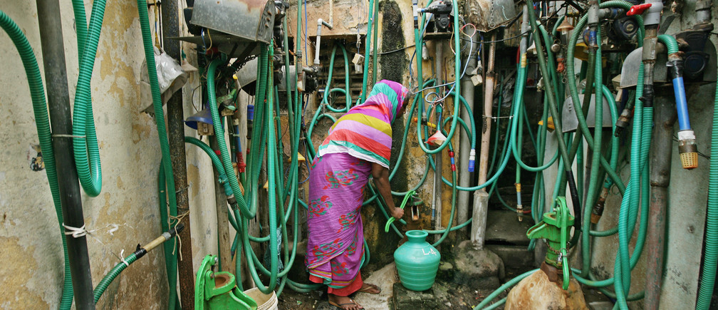REFILE - QUALITY REPEAT A woman uses a hand pump to fill up a container with drinking water in Chennai, India, June 25, 2019. REUTERS/P. Ravikumar     TPX IMAGES OF THE DAY - RC1F826876D0