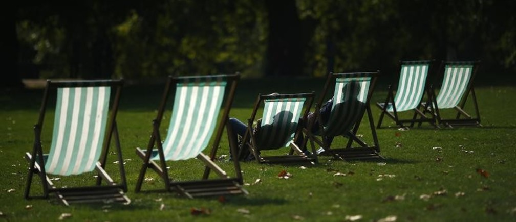Visitors enjoy the autumn sunshine as they sit in deck chairs in St James Park, central London September 30, 2014. September is on course to be the driest since records began in 1910, according to Britain's Met Office.    REUTERS/Andrew Winning (BRITAIN - Tags: ENVIRONMENT) - GM1EA9U1P7L01