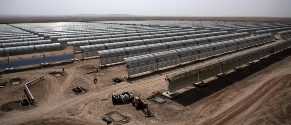 Workers build a thermo-solar power plant in Beni Mathar August 20, 2009. A 400 billion euro plan to power Europe with Sahara sunlight is gaining momentum, even as critics see high risks in a large corporate project using young technology in north African countries with weak rule of law. Picture taken August 20, 2009. To match feature ENERGY-MAGHREB/SOLAR     REUTERS/Rafael Marchante  (MOROCCO ENERGY BUSINESS) - GM1E58O0NEY01