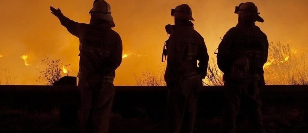 Firefighters discuss strategy as they monitor backfires set along Interstate8 in the eastern part of San Diego County on October 28, 2003. Firefightersfaced a critical showdown Wednesday against the mammoth wildfires burningacross tinder-dry Southern California as they tried to save mountaincommunities surrounded by flames and take advantage of a drop intemperatures to go on the attack.   NO RIGHTS CLEARANCES OR PERMISSIONS ARE REQUIRED FOR THIS IMAGE REUTERS/Fred GreavesFG - RP4DRHZTFCAA