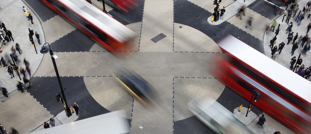 Traffic crosses over the new diagonal crossing at Oxford Circus in London November 2, 2009. The design of the new £5 million ($8.2 million) pound crossing was inspired by the Shibuya crossing in Tokyo and allows pedestrians to cross diagonally.     REUTERS/Stefan Wermuth        (BRITAIN TRANSPORT CITYSCAPE SOCIETY) - RTXQ9SJ