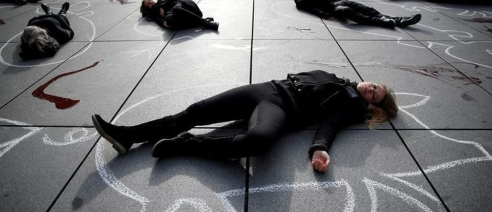 Supporters of People for the Ethical Treatment of Animals (PETA) lie in a heap on the pavement next to the Centre Pompidou modern art museum, also known as Beaubourg, to raise awareness on World Vegan Day, in Paris, France, November 1, 2017.  REUTERS/Christian Hartmann     TPX IMAGES OF THE DAY