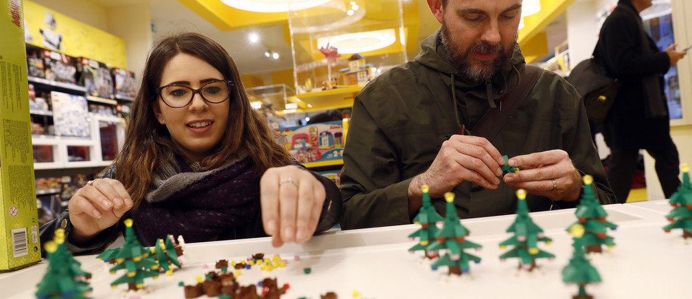 People building Lego christmas trees in the world's biggest Lego store in Leicester Square in London, Britain November 17, 2016. REUTERS/Stefan Wermuth - RTX2U5AO