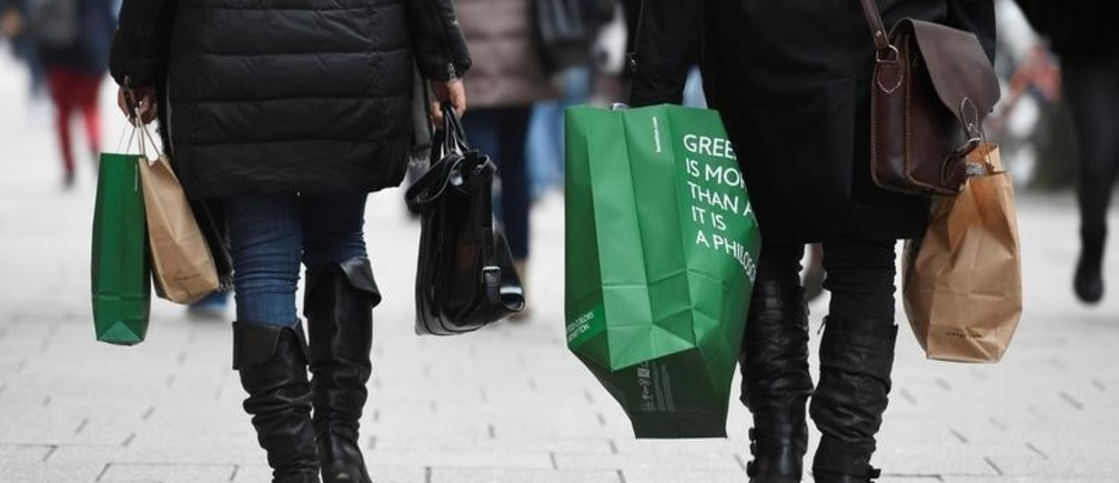 People carry their shopping bags in downtown Hamburg, Germany, January 25, 2018. REUTERS/Fabian Bimmer - RC1EDCC7B700
