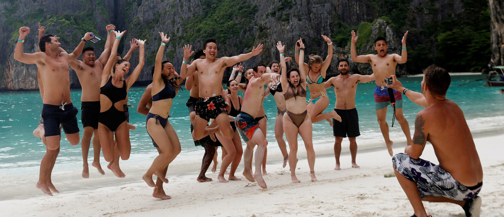 Tourists jump as they take a group photo at Maya Bay in Krabi province, Thailand, May 22, 2018. REUTERS/Soe Zeya Tun - RC183FB8F4E0