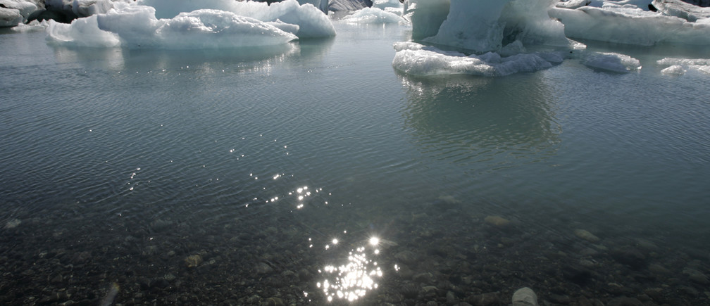 A view of melting icebergs of Breidamerkurjokull's Vatnajokull glacier, about 380 km (236 miles) from capital Reykjavik, May 31, 2008. The glacier is located in southeast Iceland and is the largest in Europe. REUTERS/Ints Kalnins (ICELAND) - GM1E4610RRQ01