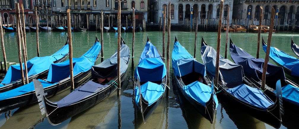 Clear water is seen in Venice's canals due to fewer tourists, motorboats and pollution, as the spread of the coronavirus disease (COVID-19) continues, in Venice, Italy, March 18, 2020. REUTERS/Manuel Silvestri - RC2DMF9DWB3G