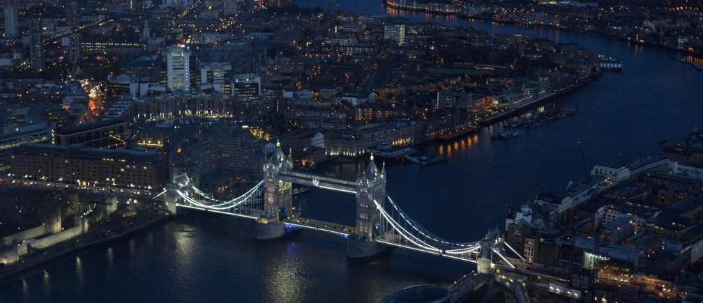 Tower Bridge is pictured from The View gallery at the Shard, western Europe's tallest building, in London January 27, 2013. REUTERS/Neil Hall (BRITAIN - Tags: CITYSCAPE TRAVEL) - GM1E91S07Z302