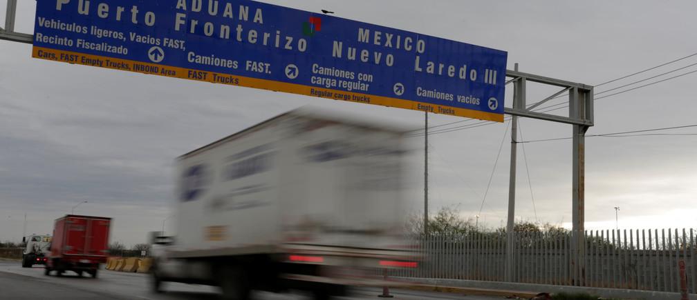 Trucks travel to border customs control before cross into the U.S. at the World Trade Bridge in Nuevo Laredo, Mexico, January 28, 2017. REUTERS/Daniel Becerril - RTSXUC6