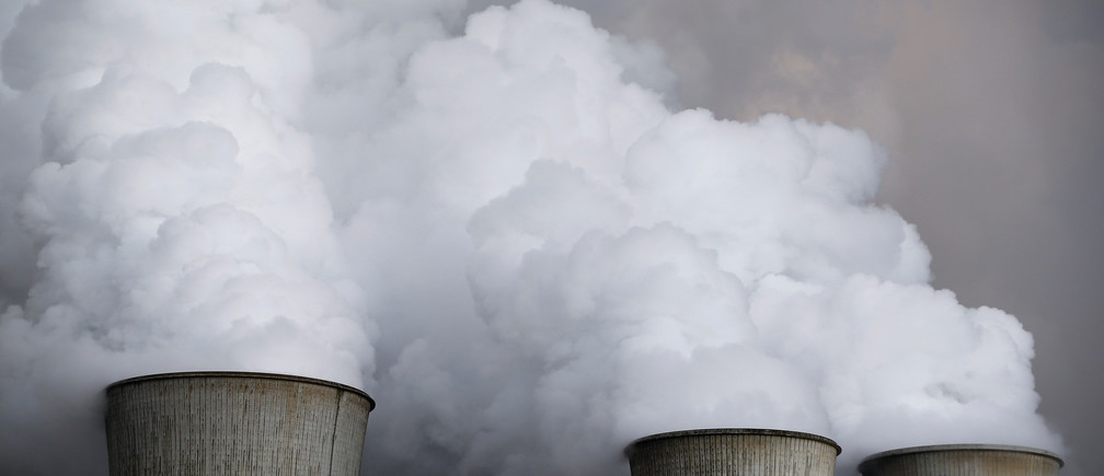 Steam rises from the cooling towers of the coal power plant of RWE, one of Europe's biggest electricity and gas companies in Niederaussem, Germany,  March 3, 2016.    REUTERS/Wolfgang Rattay/File Photo - D1BEUKRRMAAA