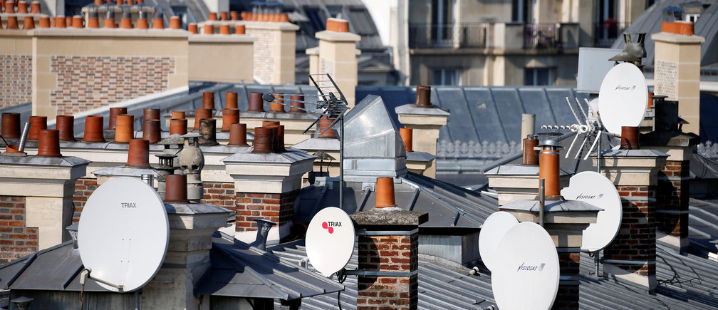 TV satellite dishes are seen on the roofs of buildings in Paris, France, October 12, 2016.  REUTERS/Charles Platiau  - D1AEUGOBYFAB