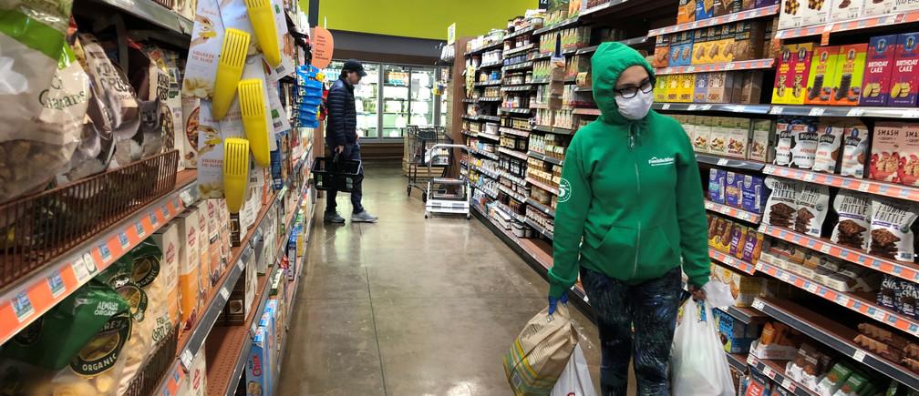 Se ve a los compradores en una tienda Whole Foods mientras el brote de coronavirus continúa en Los Ángeles, California, EE.UU., el 2 de abril de 2020.