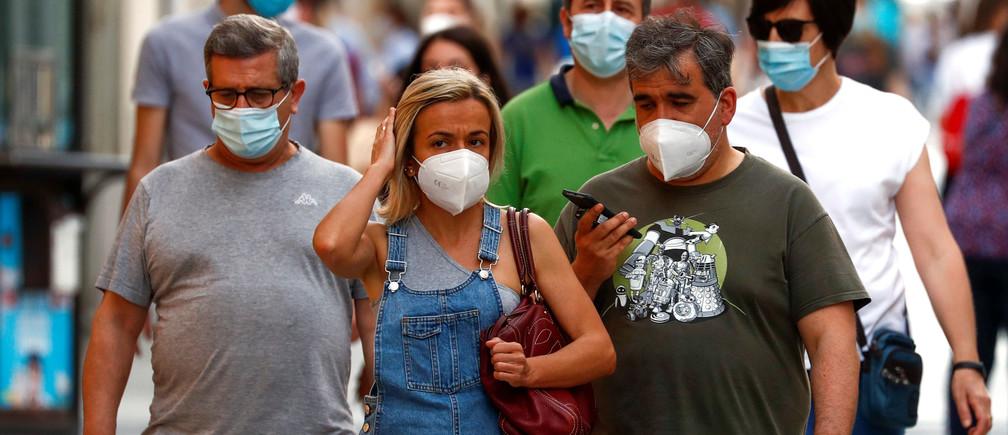 Las personas usan máscaras faciales de protección el primer día de su uso obligatorio para todos los mayores de seis años en los espacios públicos, cuando es imposible mantener más de dos metros de distancia social, en medio del brote de la enfermedad coronavirus (COVID-19), en Ronda, España, el 21 de mayo de 2020.