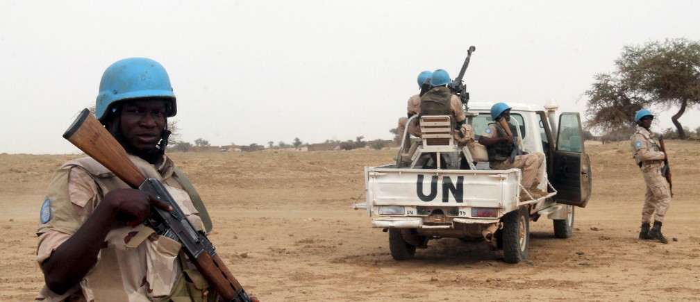UN peacekeepers stand guard in the northern town of Kouroume, Mali, May 13, 2015. Kourome is 18 km (11 miles) south of Timbuktu. REUTERS/Adama Diarra - GF10000093579