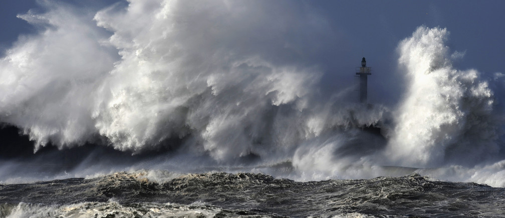 Huge waves crash on the San Esteban de Pravia seafront in the northern Spanish region of Asturias January 28, 2014. REUTERS/Eloy Alonso (SPAIN - Tags: ENVIRONMENT TPX IMAGES OF THE DAY) - GM1EA1T054T01