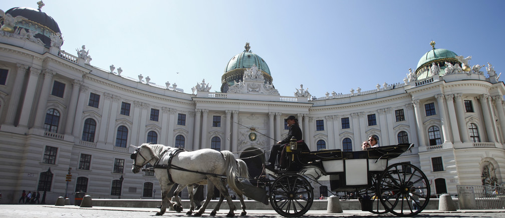 A Fiaker horse carriage passes Hofburg palace during a sunny spring day in Vienna April 15, 2013.     REUTERS/Leonhard Foeger  (AUSTRIA - Tags: SOCIETY ENVIRONMENT TRAVEL CITYSPACE) - BM2E94F13M801