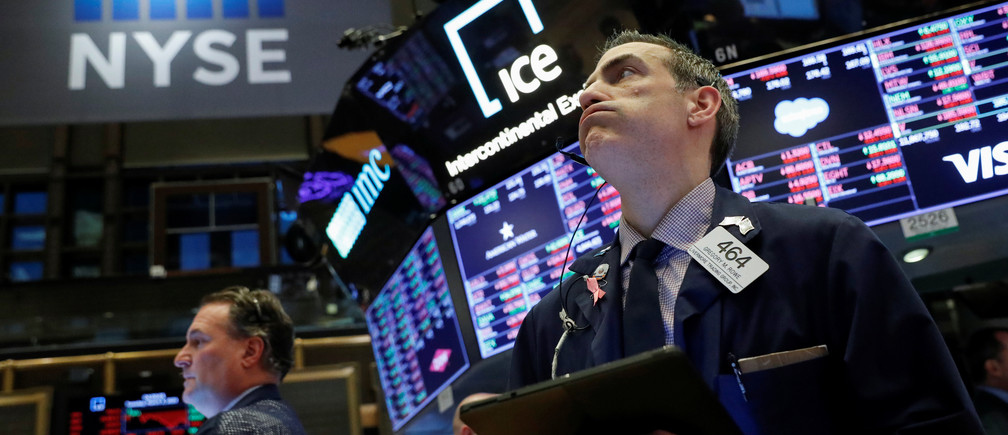 Un comerciante trabaja en el piso de la Bolsa de Valores de Nueva York (NYSE) en la ciudad de Nueva York, Nueva York, EE.UU., 3 de marzo de 2020.