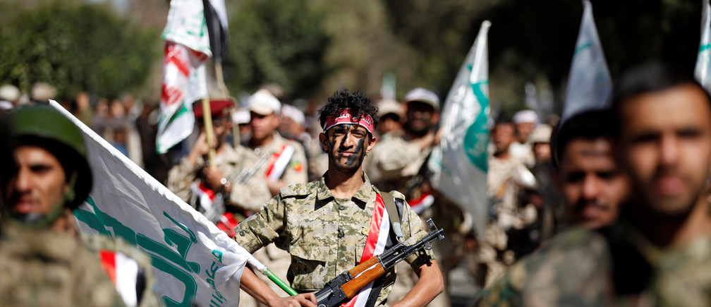 Newly recruited Houthi fighters parade before heading to the frontline to fight against government forces, in Sanaa, Yemen January 12, 2017. REUTERS/Khaled Abdullah - RTX2YMO8